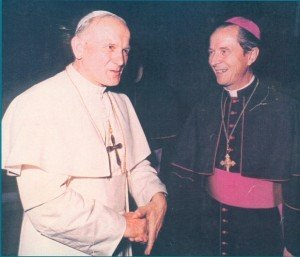 Pope John Paul II (l.), Bishop Remi De Roo (r.).