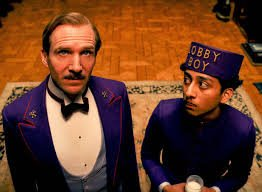 Ralph Fiennes (l.) and Tony Revolori in Grand Budapest Hotel.